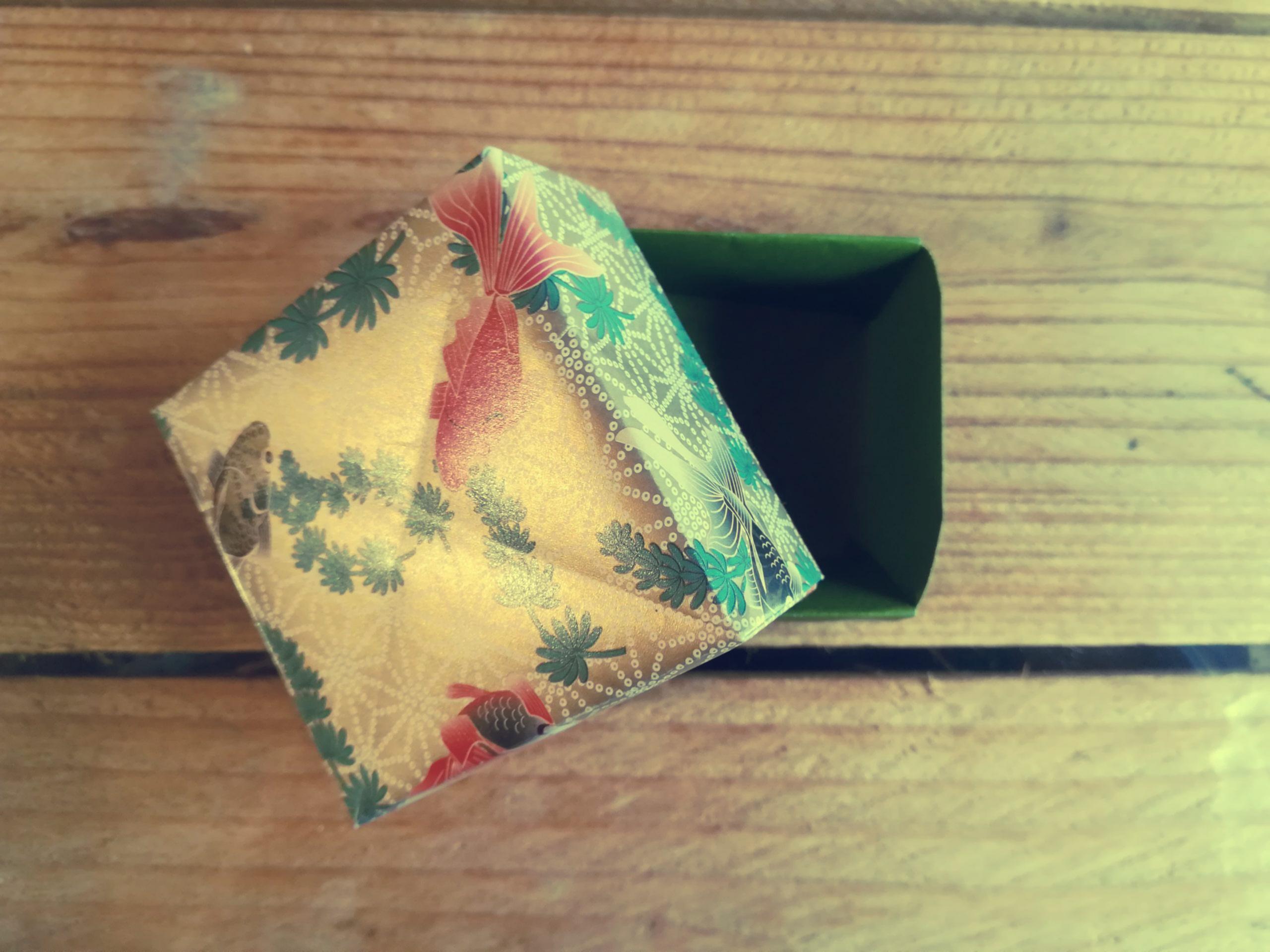 <b>L'atelier de Camille</b>  Créer une boîte en origami