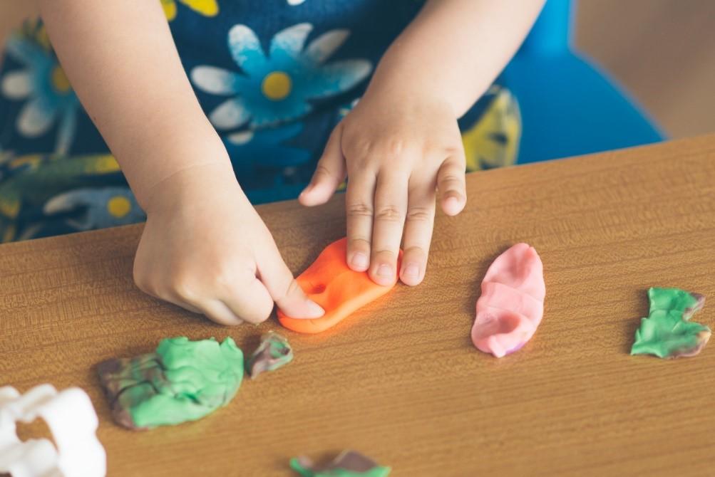 <b>« Les p'tits bouts – astuce 8 » </b></br>Les bonnes idées de Béa et Zina à faire avec les enfants de 1 à 3 ans</b>